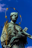 Praga Charles Bridge - St John de Nepomuk fotografía de archivo