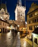 Praga, Charles Bridge Tower debajo de la lluvia Imagenes de archivo