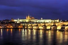 Praga, Charles most przy zmierzchem Fotografia Royalty Free