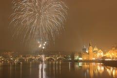 Praga, Charles most, Vltava rzeka, fajerwerki fotografia stock