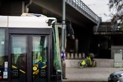 PRAGA, CHECO - 12 DE ABRIL DE 2019: Uno de los autobuses famosos de Pragues que viajan a través de la ciudad en abril foto de archivo libre de regalías