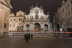 PRAGA, CHECO - 13 DE MARZO DE 2016: Iglesia del salvador y de la tranvía santos en la acción Exposición larga, Praga, checa Sesió Fotos de archivo