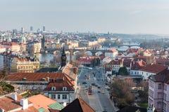 PRAGA, CHECO - 14 DE MARZO DE 2016: Paisaje urbano de la ciudad vieja con el río del palacio y de Moldava Tranvía en fondo Fotografía de archivo