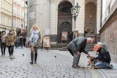 PRAGA, CHECO - 14 DE MARZO DE 2016: Vagabundo en la calle de Praga Karlova checo Imagenes de archivo