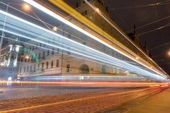 PRAGA, CHECO - 15 DE MARZO DE 2016: Vieja arquitectura y tranvía de la ciudad en la acción en Praga Sesión fotográfica larga de l Imágenes de archivo libres de regalías