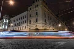 PRAGA, CHECO - 15 DE MARZO DE 2016: Vieja arquitectura y tranvía de la ciudad en la acción en Praga Sesión fotográfica larga de l Fotos de archivo