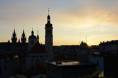 Praga - città delle torri, siluette delle chiese intorno al quadrato di Città Vecchia, repubblica Ceca, Europa fotografia stock libera da diritti