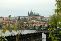 Praga com a ponte do castelo e do Charles Fotografia de Stock Royalty Free