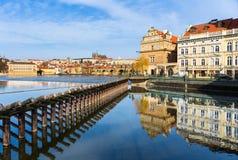 Praga con Charles Bridge fotografia stock libera da diritti