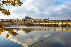 Praga con Charles Bridge ed il castello di Hradcany Fotografie Stock