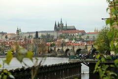 Praga con il ponte di Charles e del castello Fotografia Stock Libera da Diritti