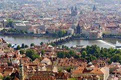 Praga con il ponte di charles e della Moldava Fotografia Stock