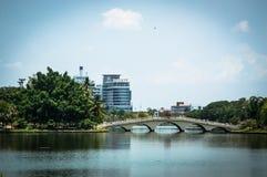 Praga constrói uma ponte sobre o backgroung da vista aérea Imagens de Stock