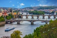Praga constrói uma ponte sobre o panorama do por do sol da cidade, República Checa Fotografia de Stock