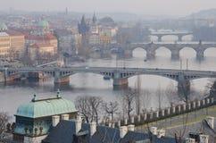 Praga constrói uma ponte sobre a opinião do por do sol, república checa Imagem de Stock