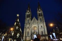 Praga, cuadrado de la paz Iglesia iluminada de St Ludmila fotografía de archivo libre de regalías