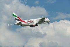 PRAGA, CZ - 10 DE MAYO: Superjumbo de Airbus A380 de los emiratos en el aeropuerto Vaclava Havla en Praga, el 10 de mayo de 2016  Imagen de archivo libre de regalías