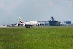 PRAGA, CZ - 10 DE MAYO: Superjumbo de Airbus A380 de los emiratos en el aeropuerto Vaclava Havla en Praga, el 10 de mayo de 2016  Imágenes de archivo libres de regalías