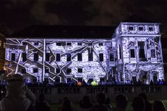 PRAGA, CZ - 12 DE OCTUBRE DE 2017: un 3D videomapping Multiverse de Filip Roca, festival 2017, Praga de la señal fotos de archivo libres de regalías