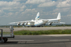 PRAGA, CZE - 10 DE MAIO: Avião de Antonov 225 no aeroporto Vaclava Havla em Praga, o 10 de maio de 2016 PRAGA, REPÚBLICA CHECA É  Fotos de Stock