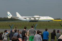 PRAGA, CZE - 10 DE MAYO: Aeroplano de Antonov 225 en el aeropuerto Vaclava Havla en Praga, el 10 de mayo de 2016 PRAGA, REPÚBLICA Imagenes de archivo