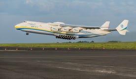 PRAGA, CZE - 12 DE MAYO: Aeroplano de Antonov 225 en el aeropuerto Vaclava Havla en Praga, el 12 de mayo de 2016 PRAGA, REPÚBLICA Fotografía de archivo libre de regalías
