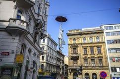 PRAGA, czech - Kwiecień 20, 2016: postaci obwieszenie parasolem od zasięrzutnych kabli, chłodno uliczne jawne grafika Fotografia Stock