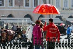PRAGA, czech REPUBLIC/EUROPE - WRZESIEŃ 24: Autobusowy przewodnik wycieczek wewnątrz obraz royalty free