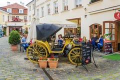 PRAGA, czech REPUBLIC-MAY 15, 2017: Lato kawiarnia w starym stre Obraz Royalty Free
