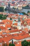 Praga dachy i Charles most Fotografia Royalty Free