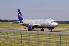 PRAGA - 18 de agosto de 2012: Aeroflot Airbus A320-214 lleva en taxi al teminal en el aeropuerto de PRG el 18 de agosto de 2012 Fotos de archivo