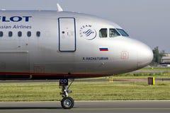 PRAGA - 18 de agosto de 2012: Aeroflot Airbus A320-214 lleva en taxi al teminal en el aeropuerto de PRG el 18 de agosto de 2012 Fotografía de archivo