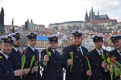 PRAGA - 23 DE FEBRERO: Un grupo de marineros en el riverbank de Moldava del río Imagen de archivo libre de regalías