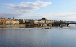 PRAGA - 23 DE FEBRERO: Vista de la costa de Praga a través del río de Moldava Imagenes de archivo