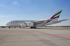 PRAGA - 1º de julho de 2015: Emirados Airbus A380 em Vaclav Havel Airport Prague o 1º de julho de 2015 Imagem de Stock