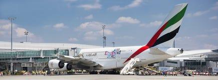 PRAGA - 1º de julho de 2015: Emirados Airbus A380 em Vaclav Havel Airport Prague o 1º de julho de 2015 Imagens de Stock Royalty Free