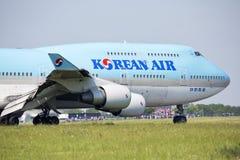 PRAGA - 1º de julho de 2015: Korean Air Boeing 747-400 em Vaclav Havel Airport Prague o 1º de julho de 2015 Imagens de Stock Royalty Free