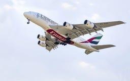 PRAGA - 1 DE JULIO DE 2015: Un Superjumbo de Airbus A380 de los emiratos en PRAGA El Airbus A380 es el avión de pasajeros más gra Imagen de archivo