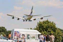 PRAGA - 1 DE JULIO DE 2015: Un Superjumbo de Airbus A380 de los emiratos en PRAGA El Airbus A380 es el avión de pasajeros más gra Imagenes de archivo