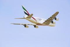 PRAGA - 1 DE JULIO DE 2015: Un Superjumbo de Airbus A380 de los emiratos en PRAGA El Airbus A380 es el avión de pasajeros más gra Fotografía de archivo libre de regalías