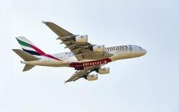 PRAGA - 1 DE JULIO DE 2015: Un Superjumbo de Airbus A380 de los emiratos en PRAGA El Airbus A380 es el avión de pasajeros más gra Fotografía de archivo