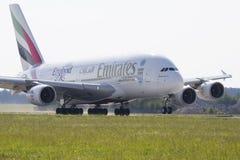 PRAGA - 1 DE JULIO: El avión de pasajeros de Airbus A380 de los emiratos saca el 1 de julio de 2015 en Praga, República Checa El  Imágenes de archivo libres de regalías