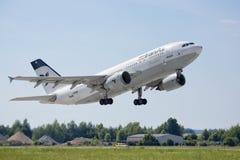 PRAGA - 1 DE JULIO: Iran Air el avión de pasajeros A300 y A310 de Airbus saca el 1 de julio de 2015 en Praga, República Checa Fotos de archivo libres de regalías