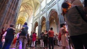 PRAGA - 14 DE JUNIO: El lapso de tiempo tiró dentro del St Vitus Cathedral el 14 de junio de 2017 en Praga metrajes