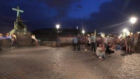 PRAGA - 6 DE JUNIO: El tiro del lapso de tiempo de la gente camina en la noche en Charles Bridge el 6 de junio de 2017 en Praga almacen de metraje de vídeo