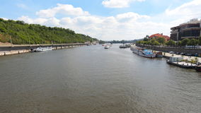 PRAGA - 6 DE JUNIO: Praga central, barcos en el río de Moldava, lapso de tiempo el 6 de junio de 2017 en Praga almacen de video