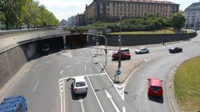 PRAGA - 6 DE JUNIO: Tiro del lapso de tiempo Los coches, las tranvías, y los autobuses cruzan el cruce el 6 de junio de 2017 en P metrajes