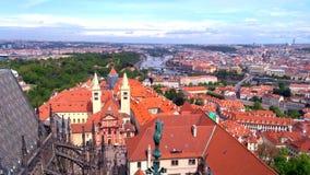 Praga de una altura del vuelo, una hermosa vista de los tejados de Praga en un d?a soleado contra la perspectiva de un cielo herm almacen de metraje de vídeo