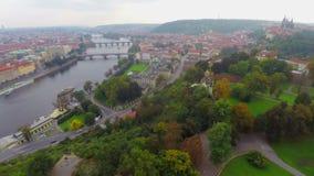 Praga desde arriba, tiro aéreo estático de los puentes de Praga, tejados almacen de metraje de vídeo