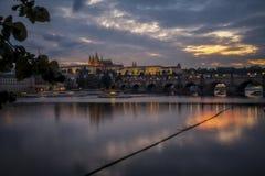 Praga di notte con il ponte ed il castello Fotografie Stock Libere da Diritti